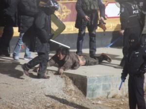 policia-china-golpeando-tibetanos