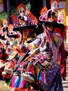 Bailarines-tibetanos-celebrando-Losar-en-Nepal