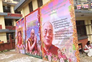 Carteles_Cumpleanos_Dalai_Lama_Retirados_Nepal