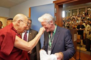 Dalai lama saluda a Richard Gere en septima Conferencia internacional de grupos de apoyo al tibet