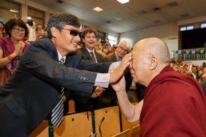 chen-guangcheng-toca-la-cara-del-dalai-lama-en-la-septima-conferencia-internacional-de-grupos-de-apoyo-al-tibet-Bruselas