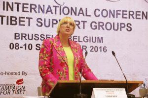Claudia Roth durante su discurso de clausura en la septima conferencia internacional de grupos de apoyo al tibet