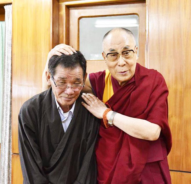 tsewang-phuntso-con-el-dalai-lama