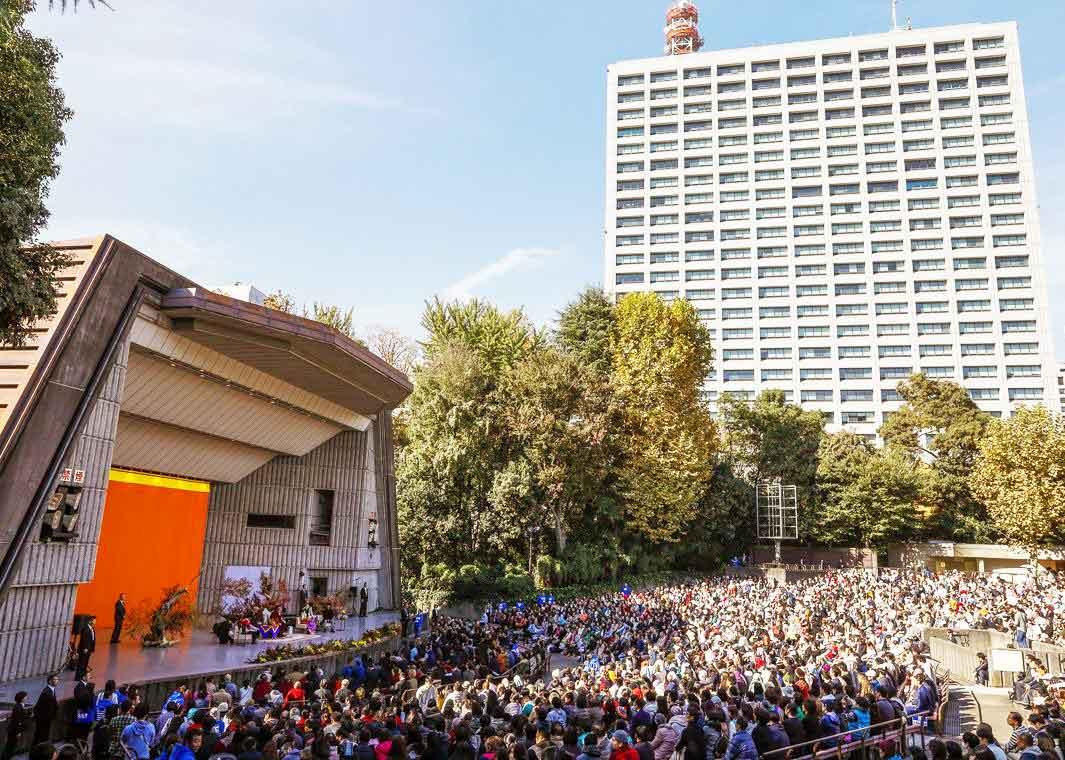 escenario-y-audiencia-charla-dalai-lama-en-japon-web