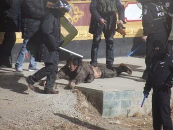 adt-2015-Policia-china-golpeando-civiles-tibetanos1