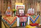 Altar budista con foto de Dalai Lama