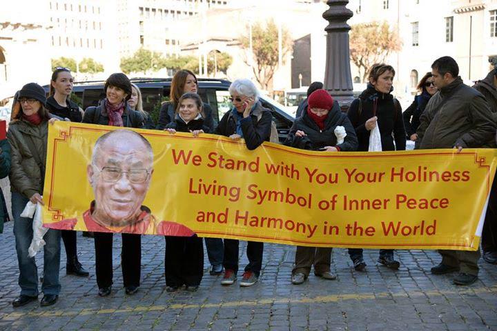 Bienvenida-Dalai-Lama-en-Roma_2014