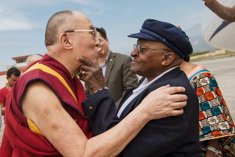 Dalai-Lama-y-Desmond-Tutu-reunidos-por-el-Libro-de-la-Alegria_!