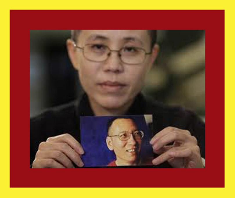 Liu Xia sosteniendo foto de su esposo Liu Xiaobo