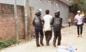 Tibetano siendo detenido por la policía de Nepal durante la celebración del cumpleaños N°81 del Dalai Lama en Katmandú.